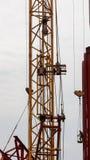Часть крана башни и промышленного работника альпиниста Стоковое Изображение