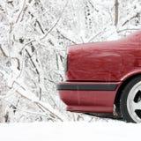 Часть красного автомобиля в зиме стоковое изображение rf