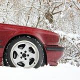 Часть красного автомобиля в зиме стоковая фотография rf