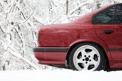 Часть красного автомобиля в зиме стоковые фотографии rf