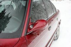 Часть красного автомобиля в зиме стоковые изображения