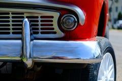 Часть красного ретро автомобиля на дороге Стоковое Изображение