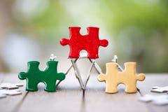 Часть красной мозаики зеленого цвета и золота на старой древесине и зеленой предпосылке E символ ассоциации и стоковая фотография rf