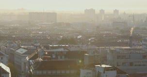 Часть крыш Загреба с туманом в восходе солнца акции видеоматериалы