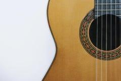 Часть классической акустической гитары на белизне Стоковые Фото
