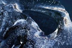 Часть льда с замороженными пузырями в воде стоковые изображения rf