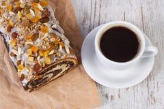 Часть маковых семенен испечет и чашка кофе, десерт для рождества Стоковая Фотография