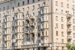 Часть многоквартирного дома кирпича 10-этажа жилого Стоковые Фотографии RF