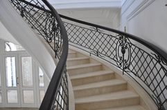 Часть мраморной лестницы под необыкновенный foreshortening стоковые фотографии rf