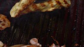 Часть мяса зажарена на гриле, конце-вверх сток-видео