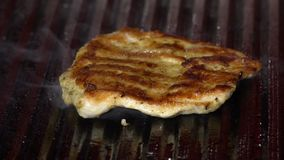 Часть мяса зажарена на гриле, конце-вверх акции видеоматериалы