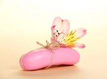 Часть нового мыла прикрепленного шпагатом и цветком Стоковое фото RF