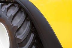 Часть огромных колеса и автошины строительного оборудования Стоковое Фото