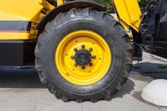 Часть огромных колеса и автошины строительного оборудования Стоковые Фото