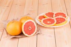Часть отрезанного грейпфрута на плите Стоковая Фотография
