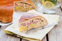 Часть пирога картошки, ветчины, сметаны и сыра Стоковое Изображение