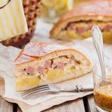 Часть пирога картошки, ветчины, сметаны и сыра Стоковое Фото