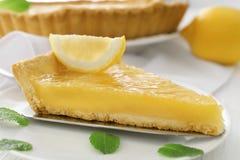 Часть пирога лимона с листьями мят Стоковые Изображения