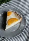 Часть пирога с хурмой на плите Стоковые Фото