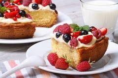 Часть пирога ягоды на крупном плане плиты горизонтальном Стоковое фото RF