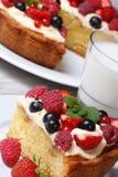 Часть пирога ягоды с полениками, клубниками и мятой Стоковые Изображения RF