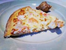 Часть пиццы с морепродуктами стоковое изображение rf