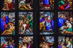 Часть покрашенного окна со сценами нового завета в соборе Милана стоковое фото