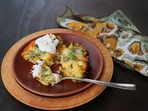 Часть покрытого коркой брокколи, лук-порея, цветной капусты, сыра печет стоковая фотография rf