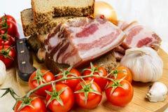 Часть посоленного сала свинины с овощами стоковое фото rf
