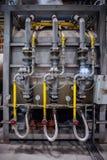 Часть промышленного машинного оборудования, стальной трубопровод с клапанами и манометры стоковое изображение