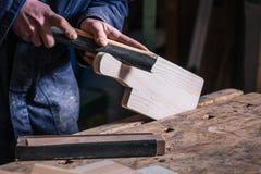 Часть плотника зашкурить тимберса с шкуркой стоковая фотография