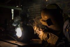 Часть ремонта заварки работника запасная процессом SMAW Стоковое Фото
