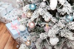 Часть рождественской елки украшенной с подарками Новый Год Стоковые Изображения