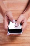 Часть рук печатая на smartphone стоковое изображение