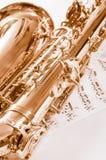 Часть саксофона лежа на примечаниях Стоковое фото RF