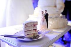 Часть свадебного пирога на таблице свадьбы Стоковые Фотографии RF