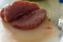 Часть свежего сырого мяса на белом конце-вверх разделочной доски стоковые фотографии rf