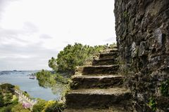 Часть скачком лестницы крепости Rumeli Hisari aspiring в небо На предпосылке Bosphorus и мосте Bosphorus стоковое фото