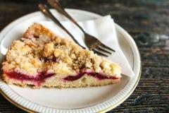 Часть сладостного пирога с вилкой десерта на плите на деревянной поверхности в кафе Стоковое Изображение