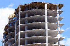 Часть современного здания под конструкцией и небом Стоковые Фото
