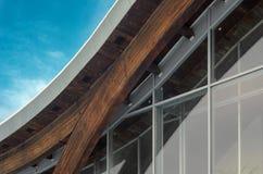 Часть современного здания с структурной стеклянной стеной Стоковые Фотографии RF