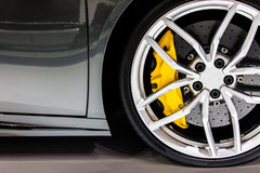 Часть современного нового автомобиля колеса с пусковой площадкой дискового тормоза стоковые изображения