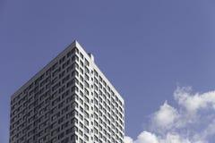 Часть современной организации бизнеса против голубого неба Стоковая Фотография RF