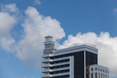 Часть современной организации бизнеса против голубого неба Стоковые Изображения