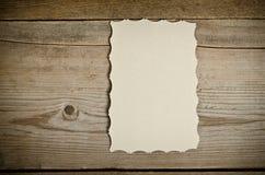 Часть старой белой бумаги лежа на деревянной предпосылке стоковая фотография