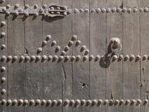 Часть старой деревянной двери с ржавой ручкой стоковые фото