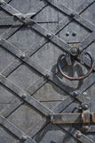 Часть старой деревянной двери с ручкой и болтом металла tex Стоковое Изображение RF