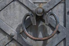 Часть старой деревянной двери с ручкой металла Текстура, bac Стоковые Фотографии RF