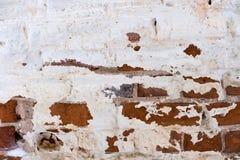 Часть старой шелушить unrestored кирпичной стены orthodoxal церков в небольшом русском городке стоковые изображения