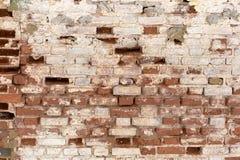 Часть старой шелушить unrestored кирпичной стены orthodoxal церков в небольшом русском городке стоковое изображение rf